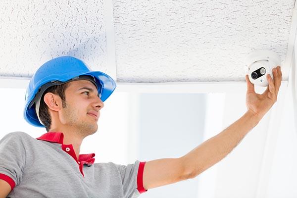 Instalación de cámara de seguridad en el techo