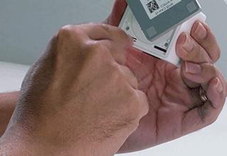Mantenga presionado el botón de reinicio