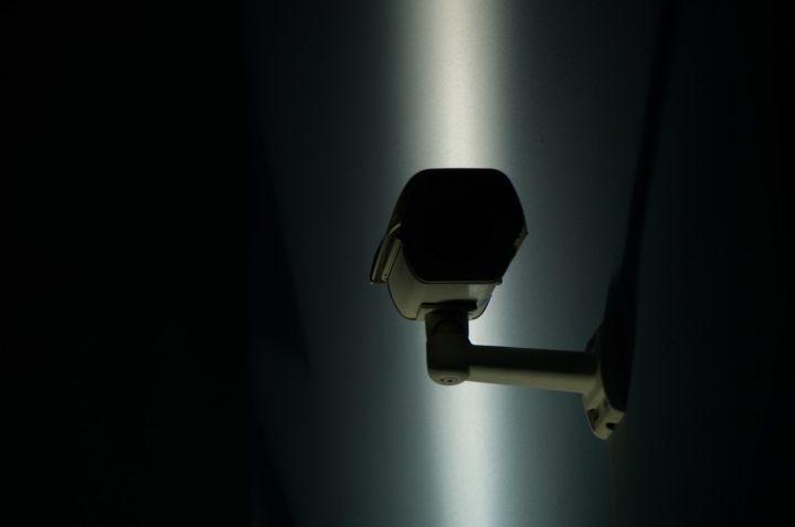 Cámara de seguridad en el oscuro